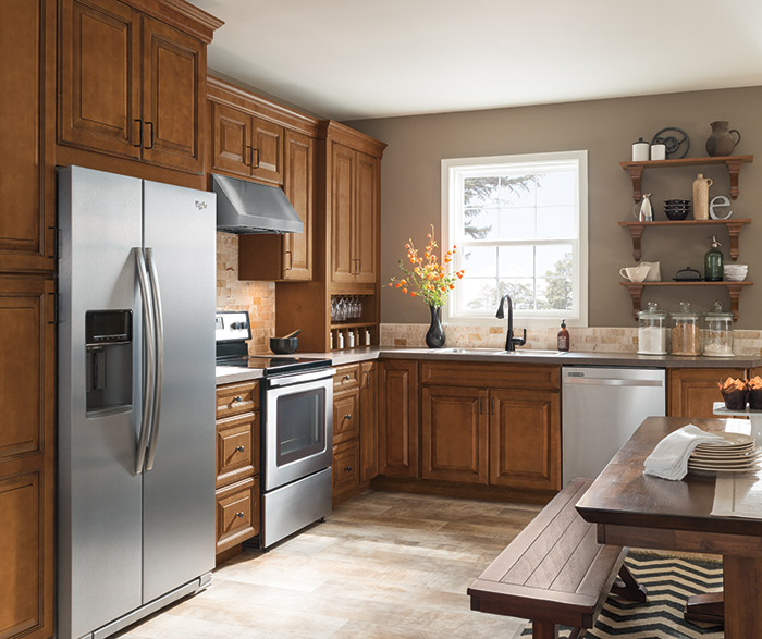 Warm brown glazed kitchen cabinets in Maple Pumpernickel