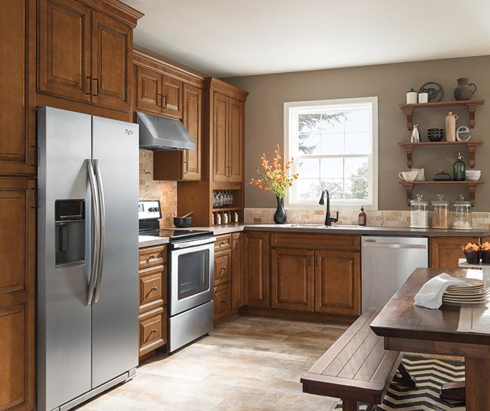 Warm brown glazed kitchen cabinets in Maple Pumpernickel